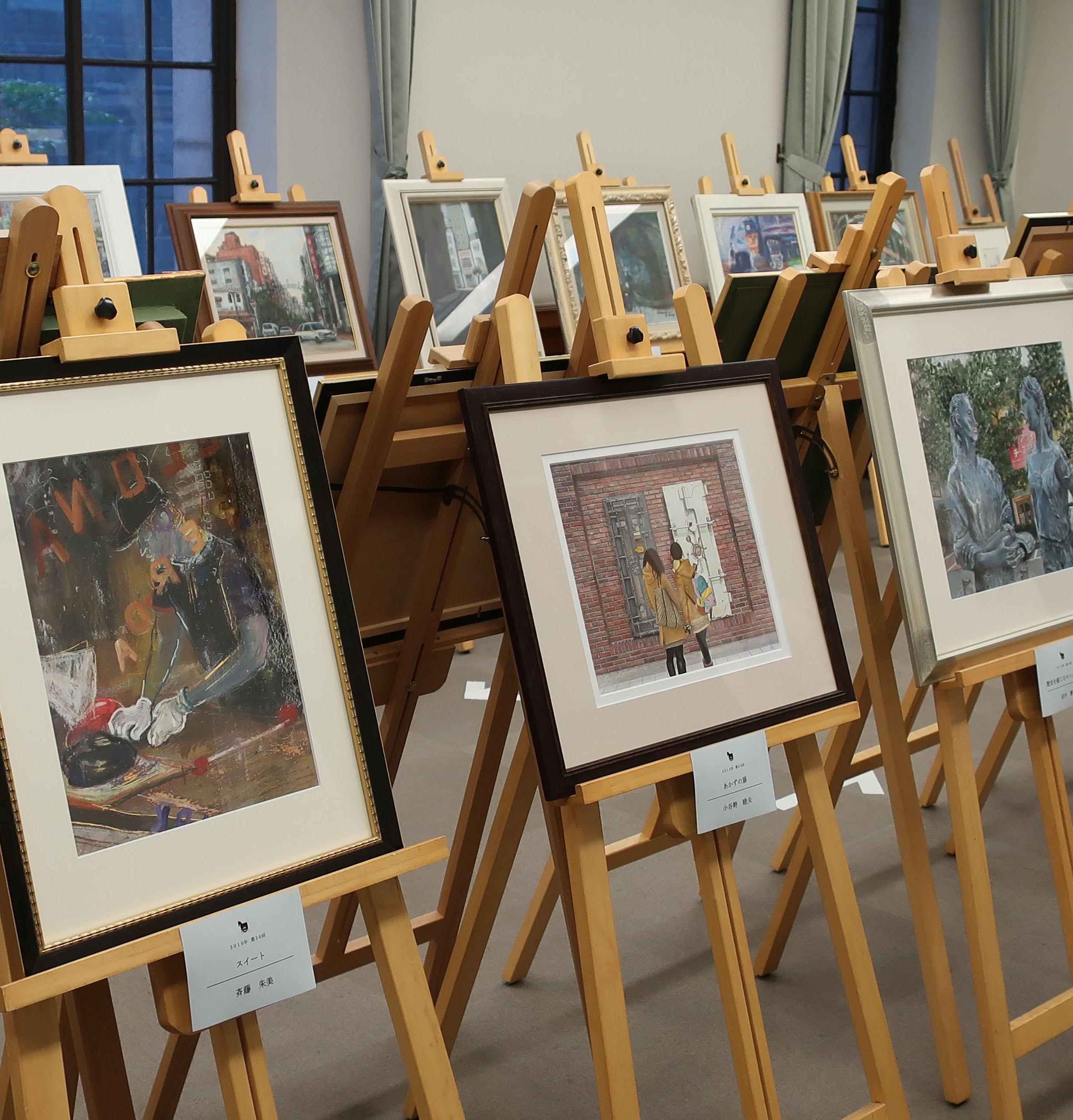 11月5日(木)まで当館1階会議室で「馬車道を描く日曜画家展 歴代金賞作品展」を開催中です。